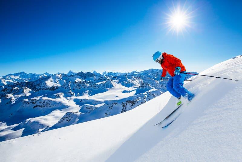 Esquí con la vista asombrosa de montañas famosas suizas en fuerte hermoso del Mt de la nieve del invierno El Cervino y el ` Heren imagenes de archivo