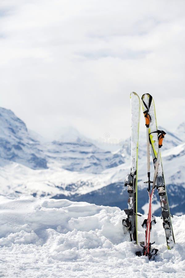 Esquí con las porciones de espacio de la copia. Montañas en backgrou fotografía de archivo libre de regalías