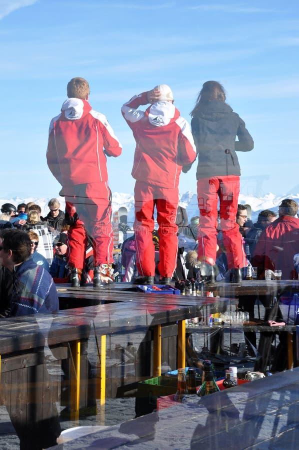 Esquí de Apres, esquiadores que disfrutan de un partido después de un dat del esquí fotografía de archivo