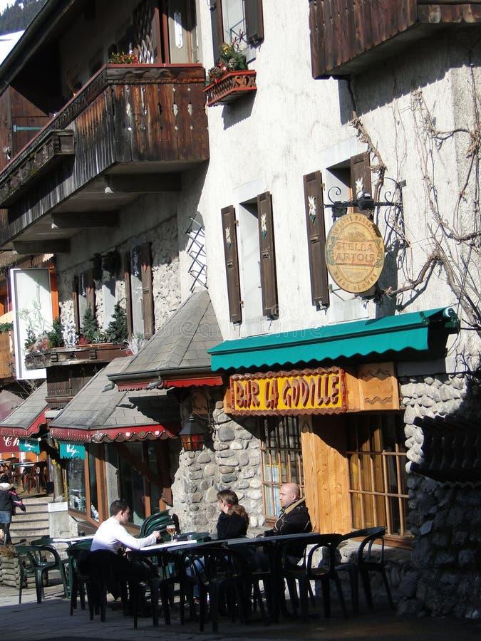 Esquí de Apres - los esquiadores se relajan en una taberna al aire libre fotos de archivo