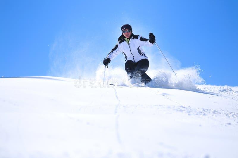 Esquí de la mujer del invierno fotografía de archivo