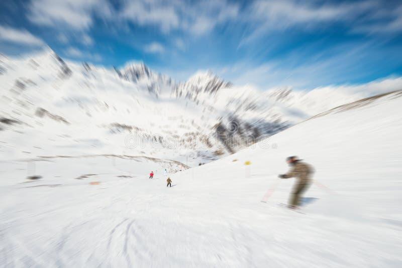 Esquí de la velocidad en centro turístico alpino escénico foto de archivo
