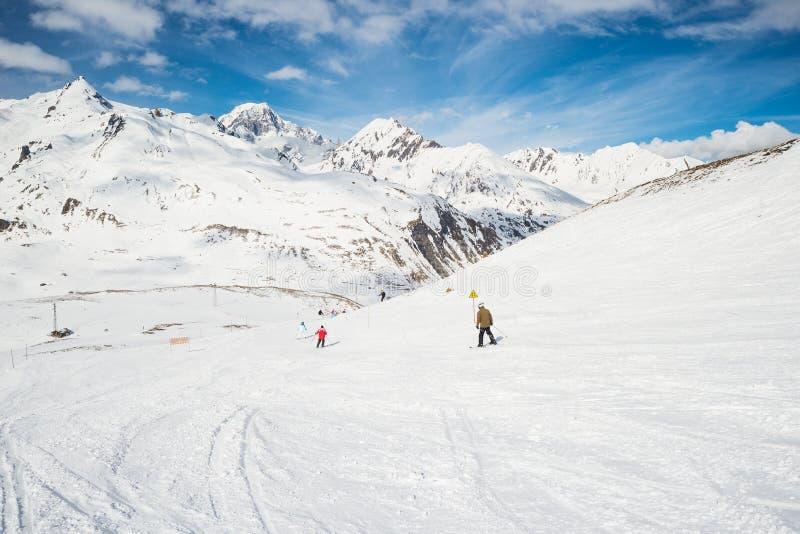 Esquí de la velocidad en centro turístico alpino escénico imágenes de archivo libres de regalías