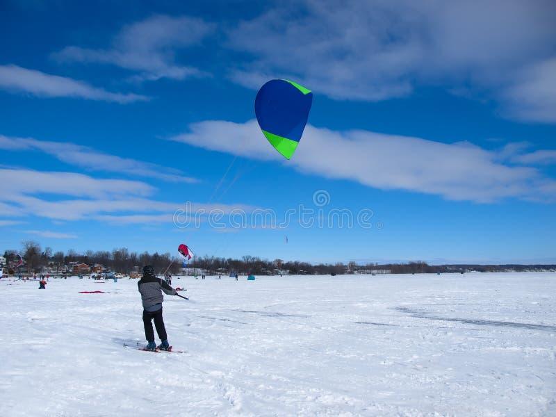 Esquí de los hombres kiting fotos de archivo