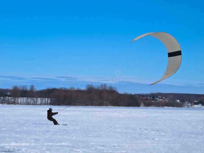 Esquí de los hombres kiting en un lago congelado foto de archivo libre de regalías