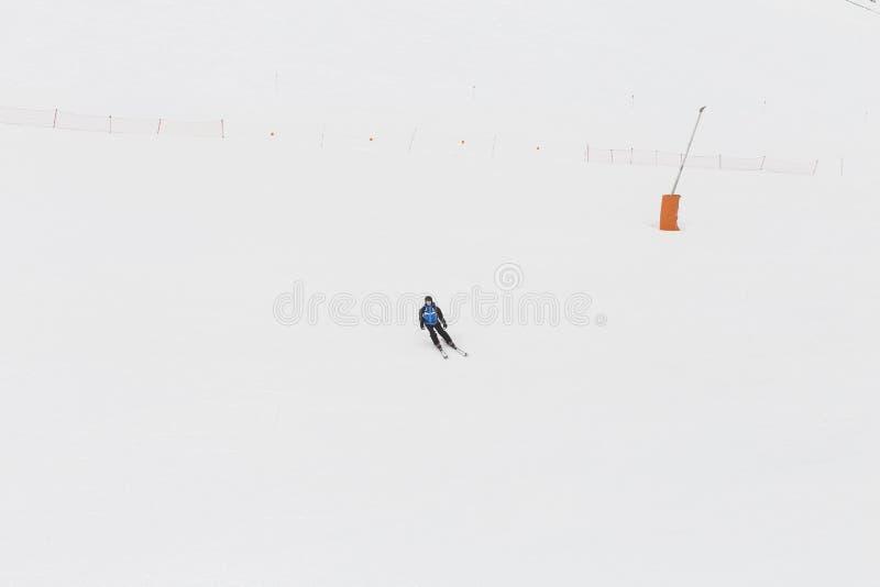 Esquí del esquiador en nieve fresca del polvo Estación del invierno deportes fotografía de archivo