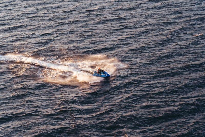 Esquí del jet que entra rápidamente en las aguas del archipiélago en la puesta del sol, Suecia de Estocolmo fotografía de archivo libre de regalías
