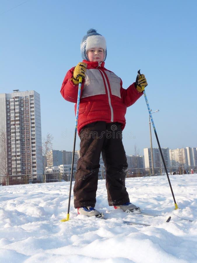 Esquí del muchacho en la ciudad imágenes de archivo libres de regalías