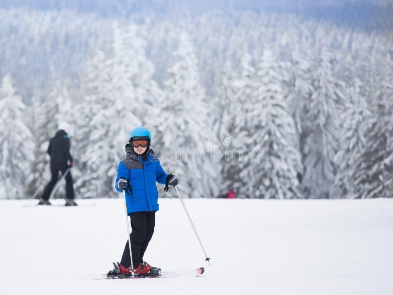 Esquí del muchacho en montañas imagen de archivo