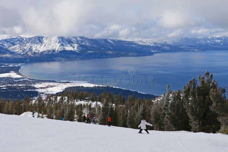 Esquí del niño cuesta abajo en Lake Tahoe fotografía de archivo