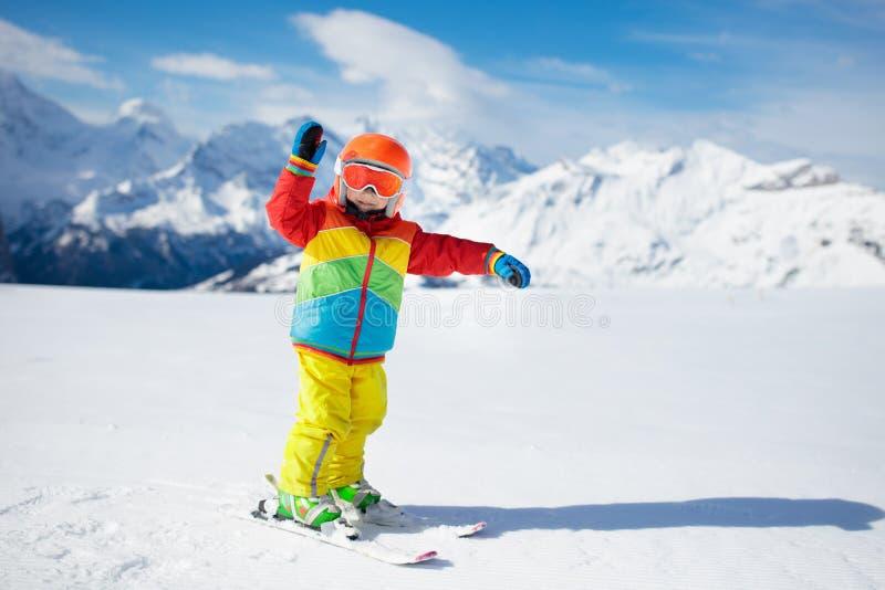 Esquí del niño en las montañas Niño en escuela del esquí Deporte de invierno para los niños Vacaciones de la Navidad de la famili fotos de archivo libres de regalías