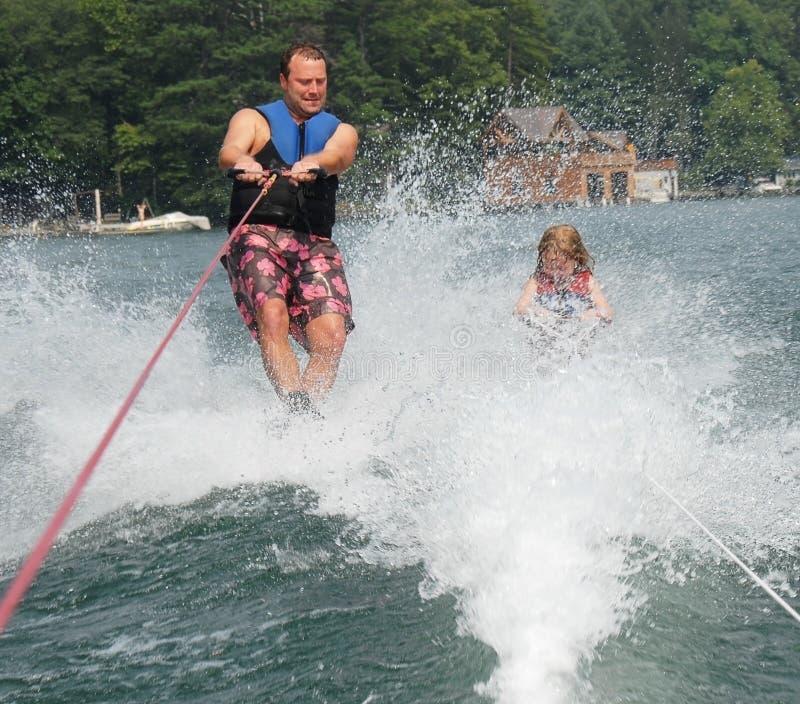 Esquí del padre y de la hija foto de archivo libre de regalías