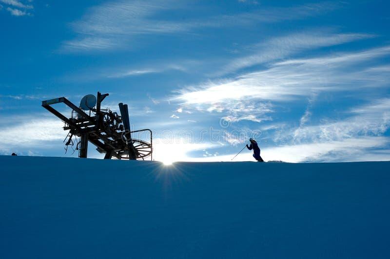 Esquí en la salida del sol foto de archivo