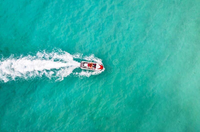 Esquí hermoso del jet de la visión aérea en el mar Entretenimiento en las bicis del agua en agua de la turquesa del mar Los turis foto de archivo