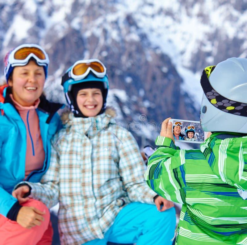 Esquí, invierno, nieve, esquiadores, sol y diversión foto de archivo