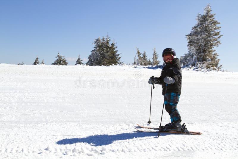 Esquí joven del muchacho fotos de archivo libres de regalías