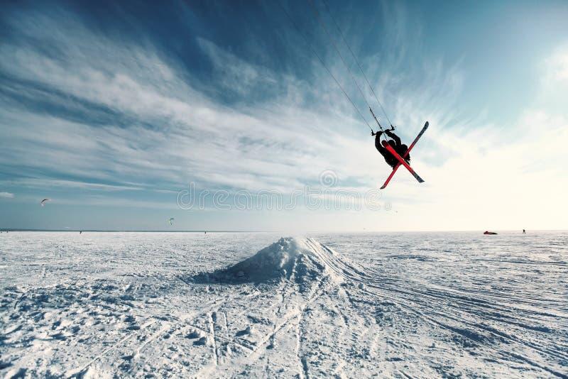 Esquí kiting y que salta en un lago congelado foto de archivo libre de regalías