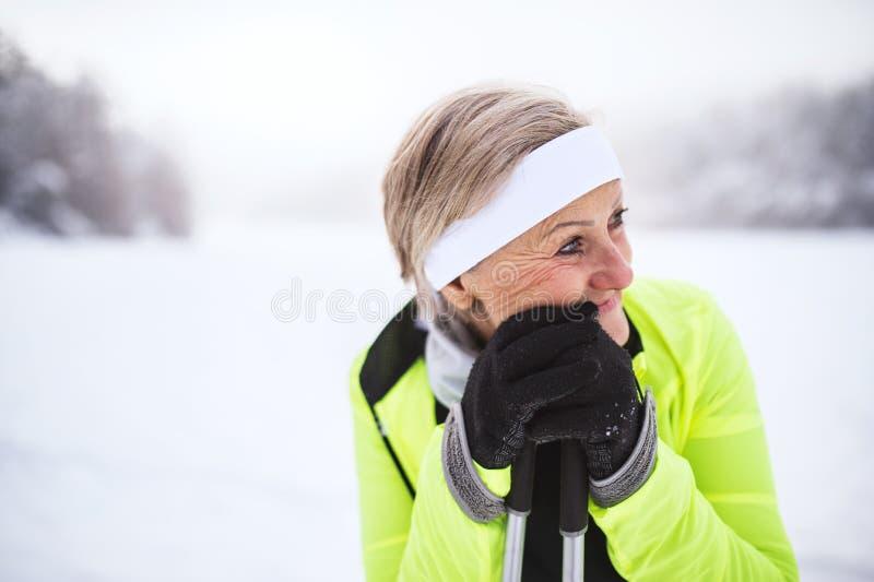 Esquí mayor de la mujer imagen de archivo libre de regalías