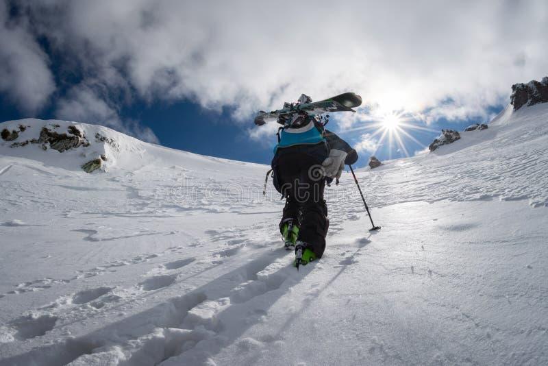 Esquí parasitario subiendo la cuesta imagen de archivo libre de regalías