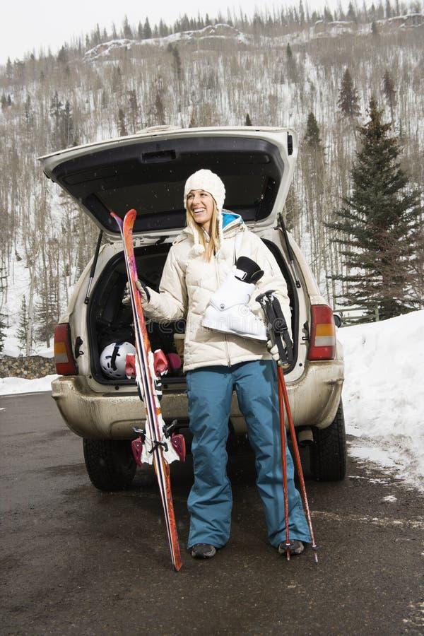 Esquí que va de la mujer. imagen de archivo libre de regalías