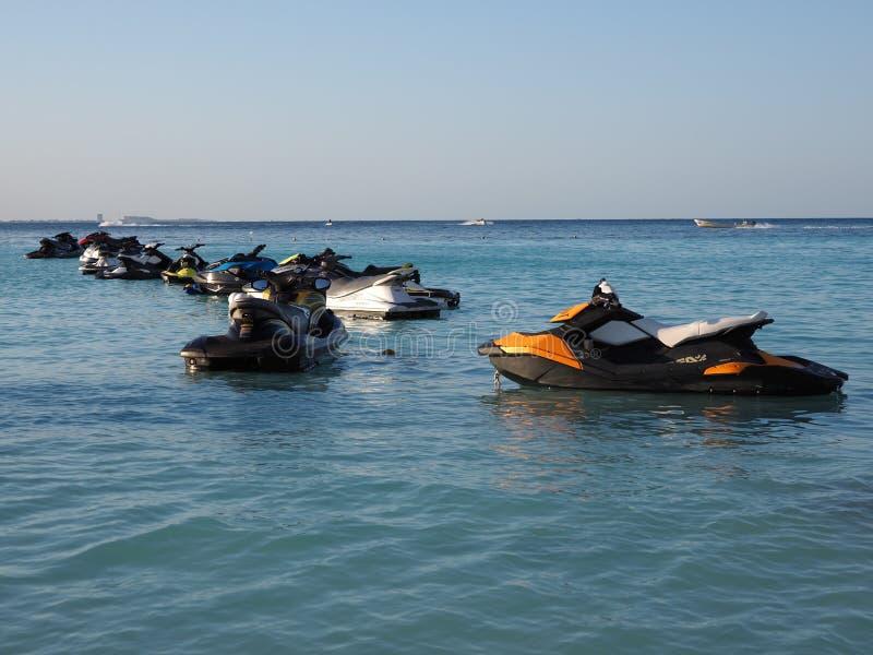 Esqu?s del jet en la bah?a del mar del Caribe en la ciudad de Cancun en M?xico en la tarde fotografía de archivo libre de regalías