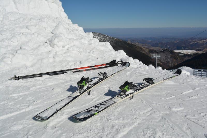 Esquís y polos de esquí en la nieve imagen de archivo libre de regalías