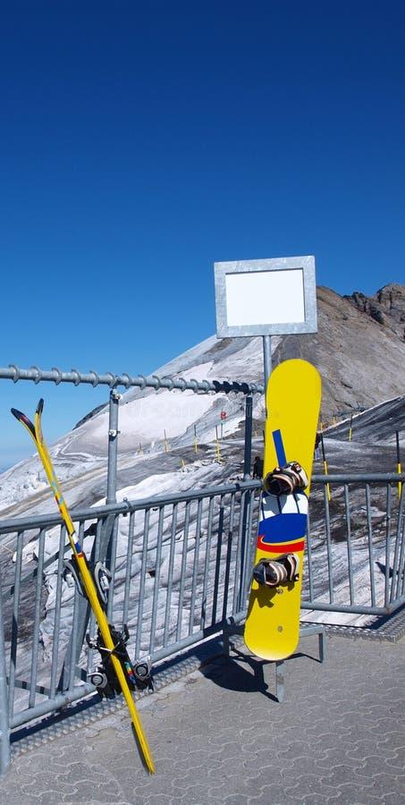 Esquís y snowboard foto de archivo