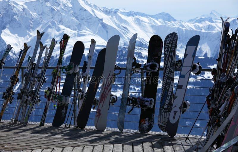 Esquís y snowboards en centro turístico del invierno imagenes de archivo