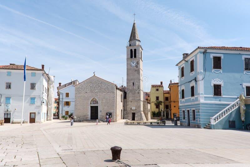 Esquadre com a igreja na cidade Fazana, Croácia imagens de stock royalty free