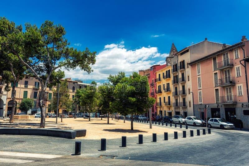 Esquadre em Palma de Mallorca com as construções e as árvores coloridas imagens de stock royalty free