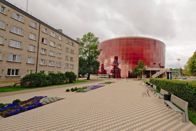 Esquadre na frente da grande construção ambarina do concerto em Liepaja, Letónia fotos de stock