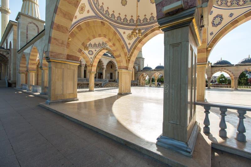 Esquadre na frente do coração do ` da mesquita do ` de Chechnya fotografia de stock