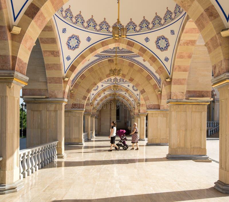 Esquadre na frente do coração do ` da mesquita do ` de Chechnya imagem de stock