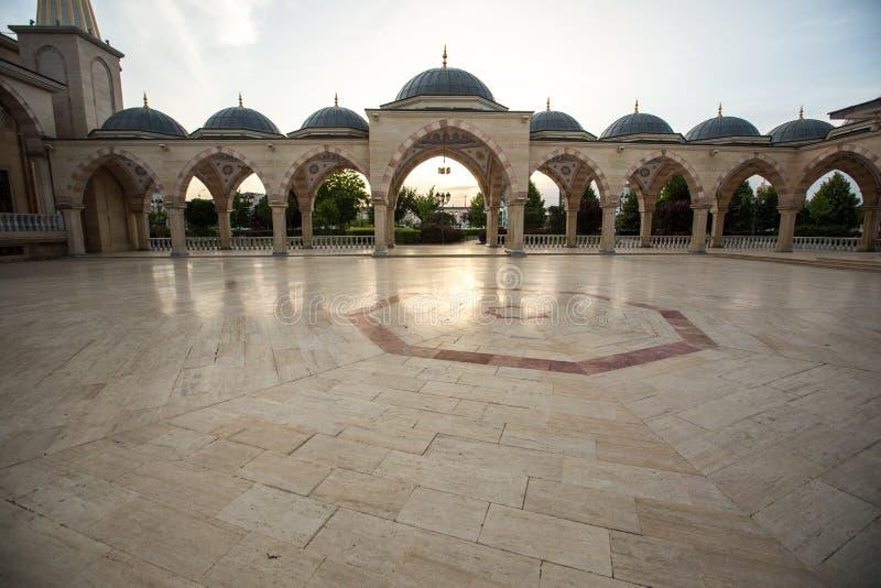 Esquadre na frente do coração do ` da mesquita do ` de Chechnya fotografia de stock royalty free