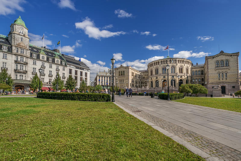 Esquadre na parte dianteira de Oslo Parlament no dia de verão imagens de stock royalty free