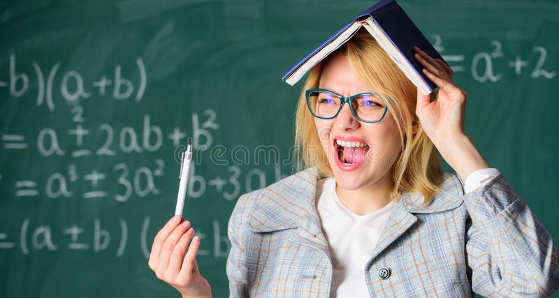 Esqueça a informação importante Mantenha na memória Melhore a habilidade da memória Professor da mulher com o livro como o telhad imagens de stock royalty free