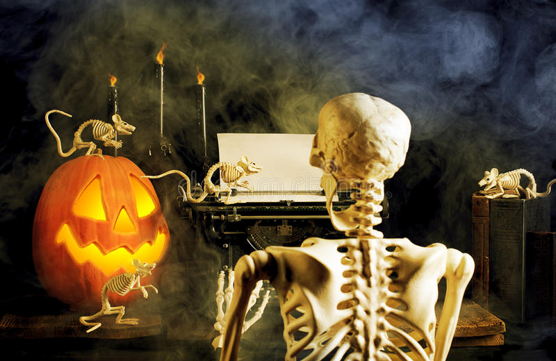 Esqueleto de Dia das Bruxas, ratos, máquina de escrever velha foto de stock royalty free