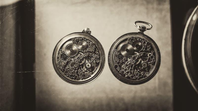 Esqueleto de relógios de bolso mecânicos antigos feitos a mão do vintage, do relógio mecânico velho do maquinismo de relojoaria,  fotos de stock