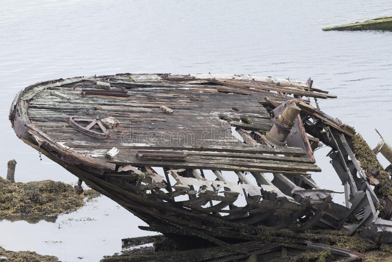 Esqueleto de um navio antigo após o impacto imagens de stock