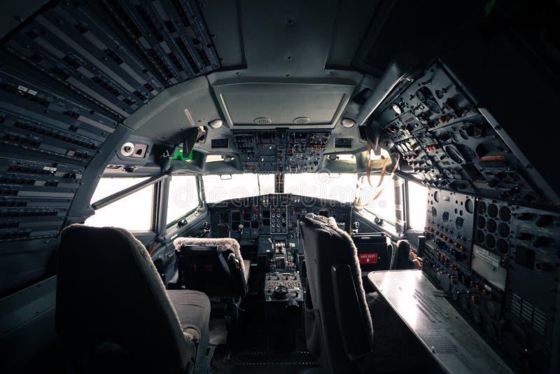 Esqueleto de uma cabina do piloto do avião de Boeing 727 foto de stock
