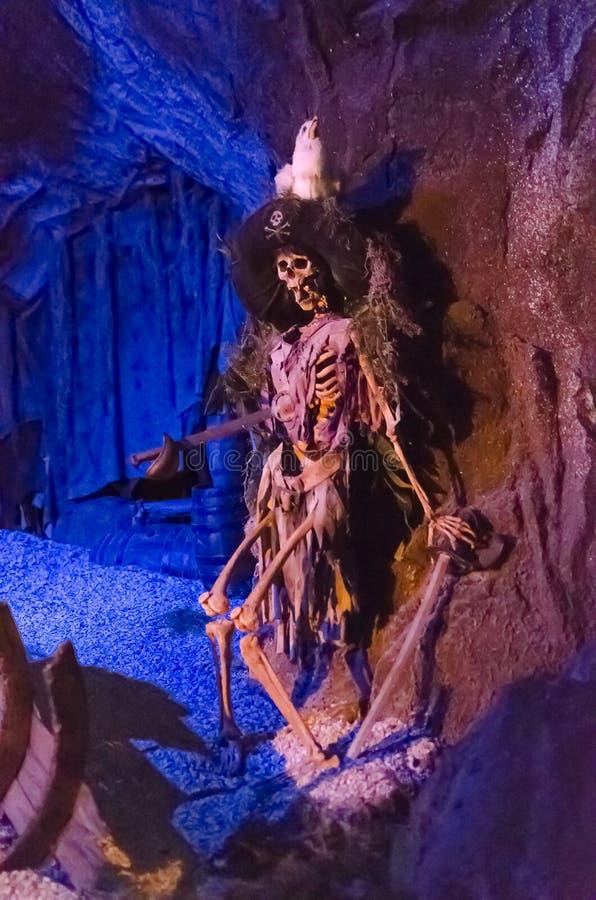 Esqueleto del pirata de los piratas del Caribe imagen de archivo libre de regalías