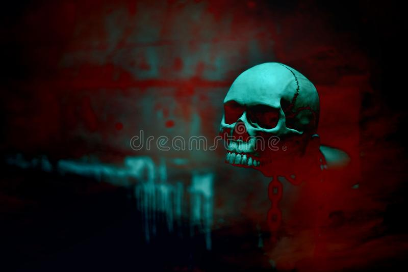 Esqueleto do crânio com a corrente no tema vermelho do fundo do sangue, do dia de Dia das Bruxas, no horror e no conceito escuro  fotografia de stock