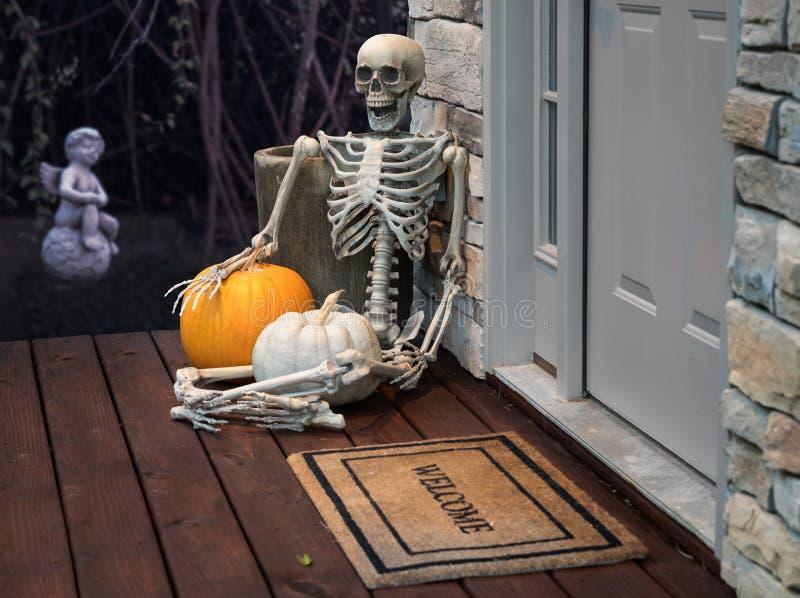 Esqueleto e abóboras na entrada para Dia das Bruxas fotografia de stock royalty free