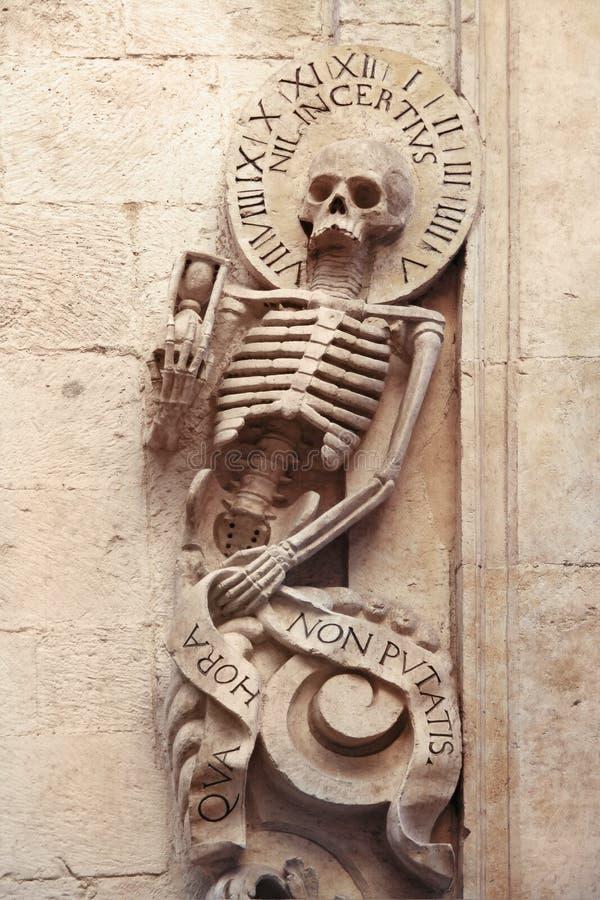 Esqueleto en el entrrance de la iglesia del purgatorio, Bitonto, Puglia, Italia imagen de archivo