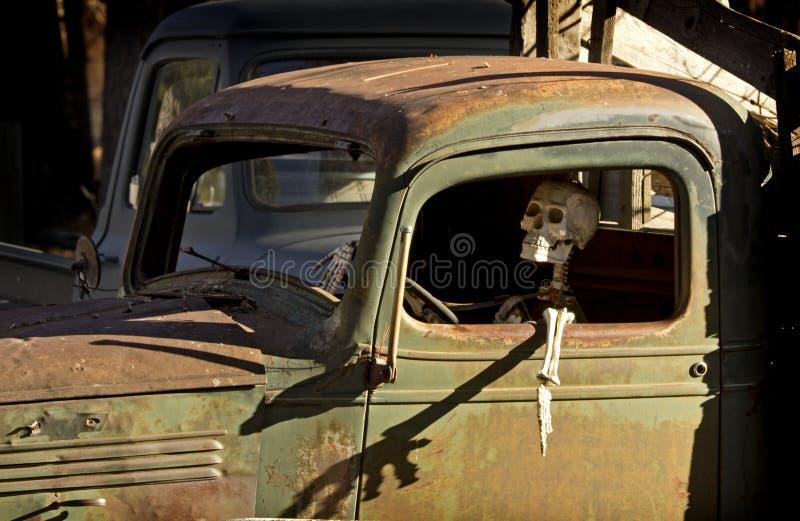 Esqueleto humano no caminhão do verde do vintage fotografia de stock