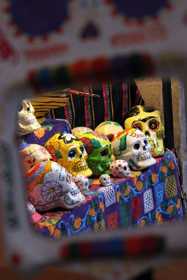 Esqueleto pintado à mão colorido mexicano dos crânios, dia de dias de los muertos dos mortos da morte fotografia de stock royalty free