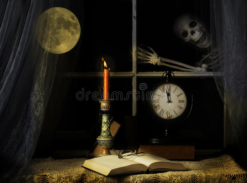 Esqueleto que golpea ligeramente en el cristal de ventana imagen de archivo