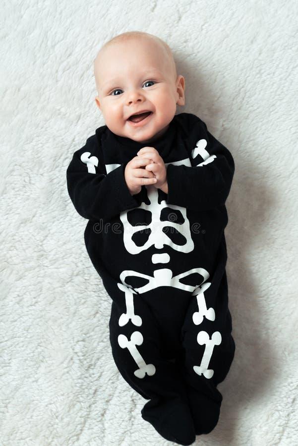 Esqueleto vestido bebé fotografía de archivo