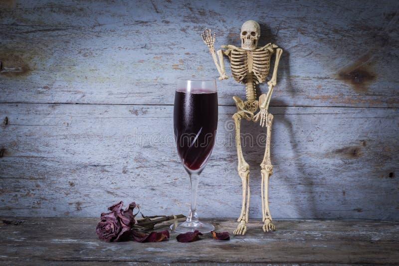 Esqueleto y vino humanos fotografía de archivo