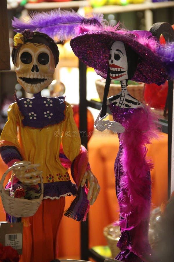 Esqueletos tradicionales mexicanos de los juguetes imagen de archivo
